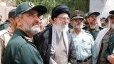 علی خامنهای در بازدید از نمایشگاه «دستاوردهای هوافضای سپاه» به همراه امیرعلی حاجیزاده که امروز مسئولیت سرنگونی پرواز ۷۵۲ را پذیرفت.