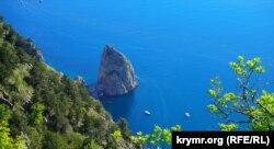 Скеля Носоріг і човни біля неї