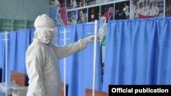 Бишкектеги убактылуу ооруканадагы медкызматкер иш учурунда. Июль, 2020-жыл.