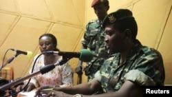 Генерал-майор Гоудфройд Нийомбаре радиодан президент Пьерре Нкурунзизаның биліктен тайдырылғанын мәлімдеп тұр. Бужумбура, 13 мамыр 2015 жыл.