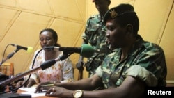 Бурунди – генерал-майор Гоудфройд Нийомбаре обращается к нации из студии радиовещания в столице Бурунди Бужумбуре, 13 мая 2015 года