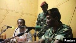 General Godefroid Niyombare radioda çykyş edýär, Bujumbura, 13-nji maý, 2015.