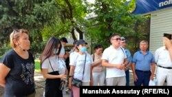 Сторонники задержанных на акции протеста 6 июля требуют информацию об их местонахождении. Алматы, 7 июля 2021 года