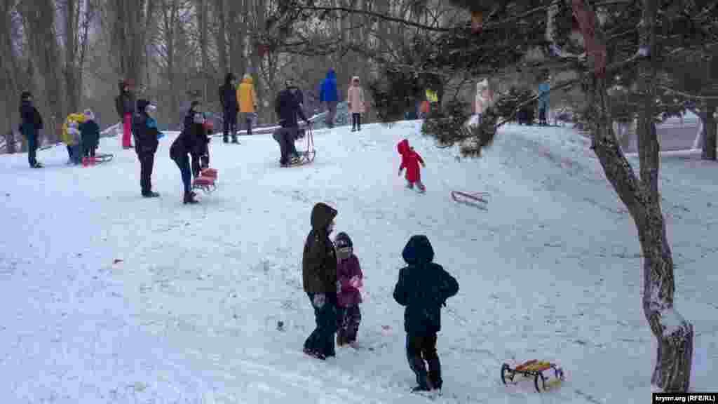 Батьки з дітьми на гірці у Гагарінському парку