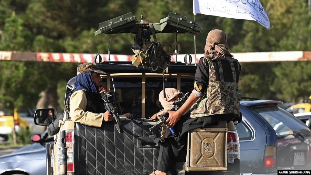 "Афганистан. Боевики ""Талибана"" на автомобиле патрулируют улицу Кабула. 27 августа 2021 г."