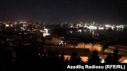 Частично обесточенные улицы и оставшиеся без электричества дома в Баку. 3 июля 2018 года.