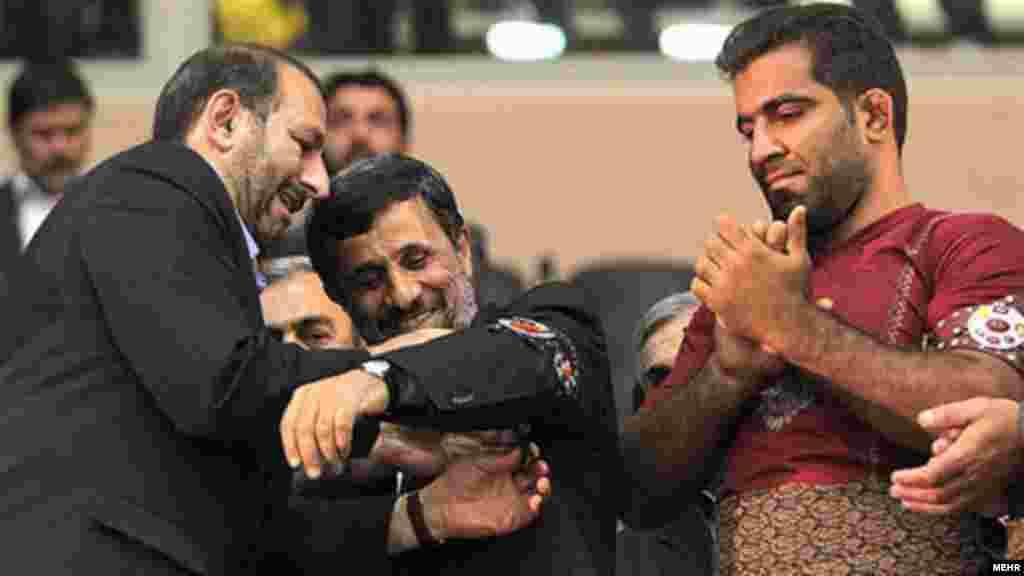 Prezident Mahmud Ahmadinejad güləş mükafatı qəbul edir.