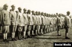 """Ак гвардиячылар жана """"актарча"""" кийинген """"кызылдар"""". Шинжаң. 1930-жж."""