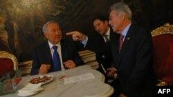 Қазақстан президенті Нұрсұлтан Назарбаев (сол жақта) пен Австрия президенті Хайнц Фишер (оң жақта) ресми кездесуде отыр. Вена, 22 қазан 2012 жыл.