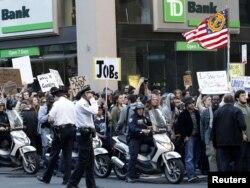 Demonstranti marširaju Brodvejom, New York, 05. oktobar 2011