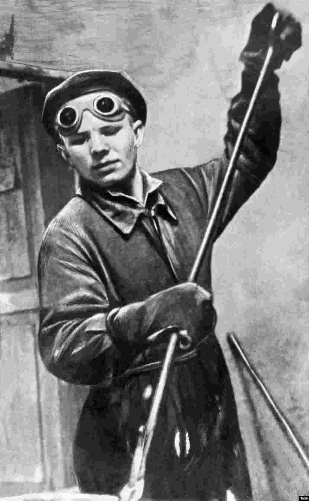 Гагарын у ліцейным цэху Люберацкага заводу сяльгасмашын, 1951 год. Ён скончыў рамеснае вучылішча па спэцыяльнасьці «фармоўшчык-ліцейшчык», а затым вучыўся ў Саратаўскім тэхнічным тэхнікуме