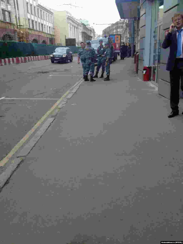 В ожидании премьер-министра Дмитрия Медведева. Перекрытые улицы у здания Высшей школы экономики