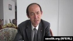 """""""Ҳақ сўз"""" газетаси бош муҳаррири вазифасини бажарувчи Отабек Ғойибов."""