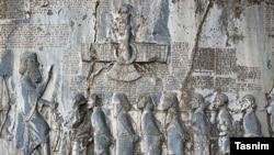 داریوش پادشاه هخامنشی، در سنگنوشتهای میگوید «من یک پارسی و پارسیزادهام. من یک آریایی هستم و نطفهام آریایی است».
