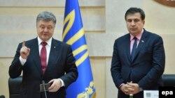 Ուկրաինայի նախագահ Պետրո Պորոշենկոն ներկայացնում է Օդեսայի մարզի նորանշանակ ղեկավար Միխեիլ Սաակաշվիլիին, Օդեսա, 30-ը մայիսի, 2015թ․