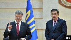 უკრაინის პრეზიდენტი პეტრო პოროშენკო (მარცხნივ) მიხეილ სააკაშვილს ოდესის ოლქის გუბერნატორად წარადგენს (30.05.2015)