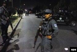 Шабуыл болған маңға келген полицейлер. Кабул, 24 тамыз 2016 жыл.