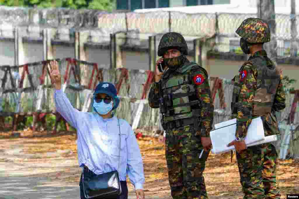 15 ақпанда Янгон қаласының көшелерінде полицияның су шашатын көліктері көбейді. Саяси тұтқындарға көмек қорының есебінше, елде кем дегенде 400 адам ұсталған, олардың арасында студенттер де бар.