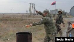 Члены «Правого сектора» разбивают бутылки с алкоголем, отнятые у жителей Крыма на административной границе с полуостровом
