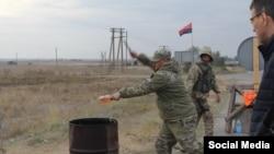 Члени «Правого сектора» розбивають пляшки з алкоголем, які забрали у жителів Криму на адміністративному кордоні з півостровом