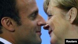 Президент Франции Эмманюэль Макрона и канцлер Германии Ангела Меркель (архивное фото)