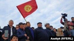 Алмазбек Атамбаев и Сапар Исаков среди участников митинга 9 октября.