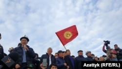 Алмазбек Атамбаев и Сапар Исаков среди участников митинга 9 октября. Алмазбек Атамбаев пен Сапар Исаков шерушілер арасында. Бішкек, 9 қазан 2020 жыл.