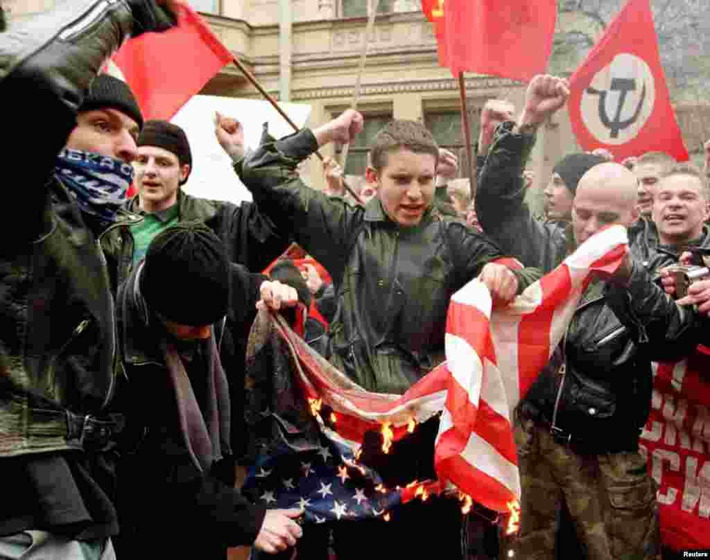 Nacionalistë rusë djegin flamurin amerikan jashtë konsullatës amerikane në Shën Petersburg në Rusi, 26 mars 1999. Alexander Demianchuk/Reuters.