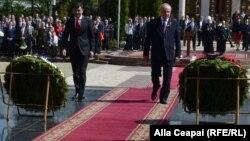 """Premierul Chiril Gaburici și președintele Nicolae Timofti la Memorialul """"Eternitatea"""""""
