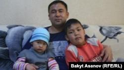 2010-жылдын 7-апрелинде гранатанын сыныгы тийип, эки бутунан ажыраган милиция кызматкери Алмаз Акчекеев.