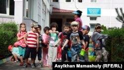 Балабақша ауласындағы балалар. Алматы, 11 маусым 2013 жыл.