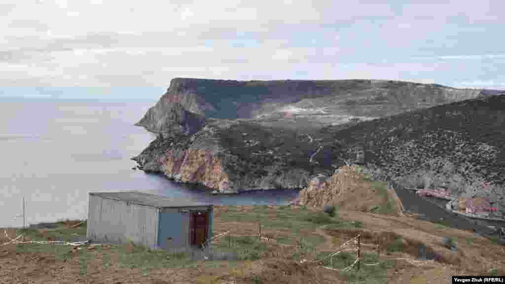 З будмайданчика відкривається вигляд на море, фортецю Чембало, вхід у Балаклавську бухту і висоти Кая-Баш