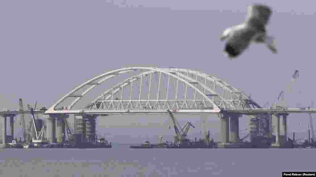 В начале апреля российский бизнесмен Аркадий Ротенберг, человек из близкого окружения президента России Владимира Путина, стал новым владельцем компании «Мостотрест», которая занимается возведением проекта. Он пообещал, что уже 9 мая мост будет открыт.