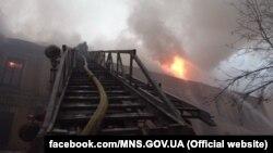 Будинок, що горить, прилягає до готелю «Дніпро» на розі Європейської площі