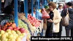 Торговые ряды с плодоовощной продукцией. Алматы, 16 октября 2012 года.