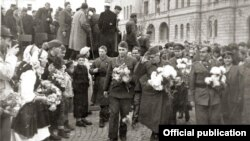 Ослободување на Скопје на 13 ноември 1944 година. Партизаните на чело со Методија Андонов Ченто, Димитар Влахов и Михајло Апостолски пречекани од народот во ослободено Скопје.