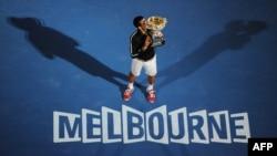 Победитель Открытого чемпионата Австралии по теннису Новак Джокович