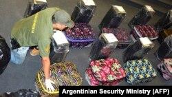 Аргентинский полицейский у чемоданов с кокаином, которые были найдены в посольстве России в Буэнос-Айресе 14 декабря 2016