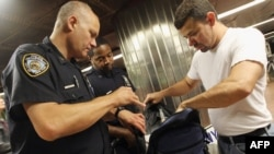 Офіцери Нью-йоркської поліції (NYPD) перевіряють сумки на Центральному вокзалі в Нью-Йорку, 9 вересня 2011 року