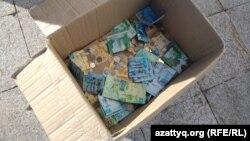 Коробка, в которую посетители мечети жертвовали деньги для погашения иска членов партии «Нур Отан». Нур-Султан, 22 ноября 2019 года.