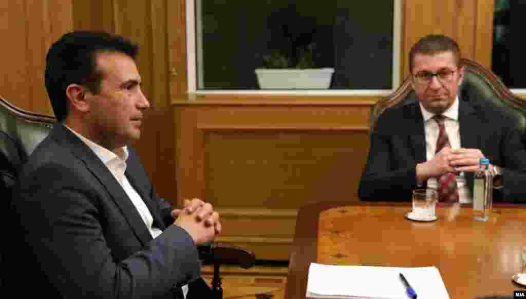 МАКЕДОНИЈА - Претседателот на ВМРО-ДПМНЕ, Христијан Мицкоски, вели дека премиерот Зоран Заев вчера ја искористил неговата изолација бидејќи е ковид позитивен и со гласањето за доверба на Владата во Собранието само си купил броени денови за неговата Владата.