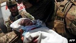 ავღანელ ჯარისკაცს სამშობიაროდან გაჰყავს დაჭრილი ჩვილი. ქაბული, 2020 წლის 12 მაისი