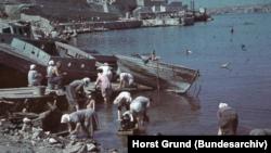 Местные женщины стирают в Севастопольской бухте, июль 1942 года
