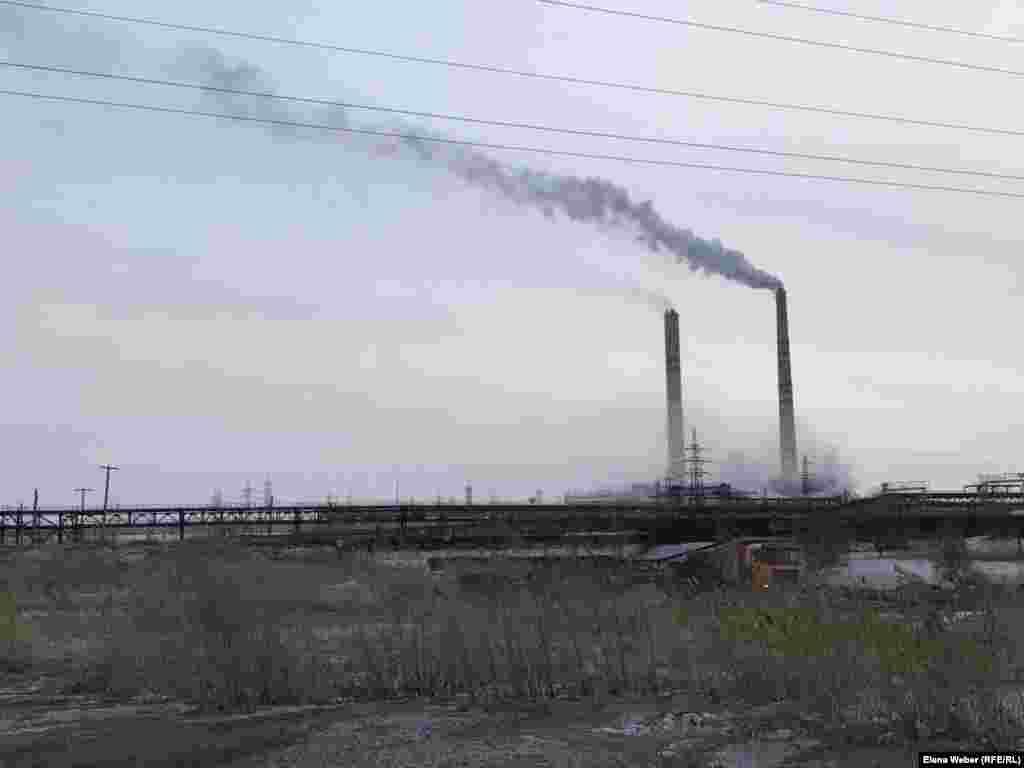Станция ТЭЦ-2. По информации «АрселорМиттал Темиртау» (владельцем компании является миллиардер индийского происхождения Лакшми Миттал), львиная доля выбросов приходится на две теплоэлектроцентрали – ТЭЦ-2 и ТЭЦ-ПВС. Компания не первый год говорит о плане по улучшению экологической обстановки в городе, предусматривающем снижение выбросов на 30 процентов. Однако на практике изменения не видны: воздух загрязнен, снег зимой по-прежнему чернеет.