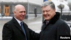 Președintele ucrainean Petro Poroșenko întîmpinîndu-l pr premierul Pavel Filip la Kiev