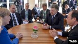 Ангела Меркель, Володимир Путін, Петро Порошенко, Франсуа Олланд під час зустрічі у Парижі, 2 жовтня 2015 року