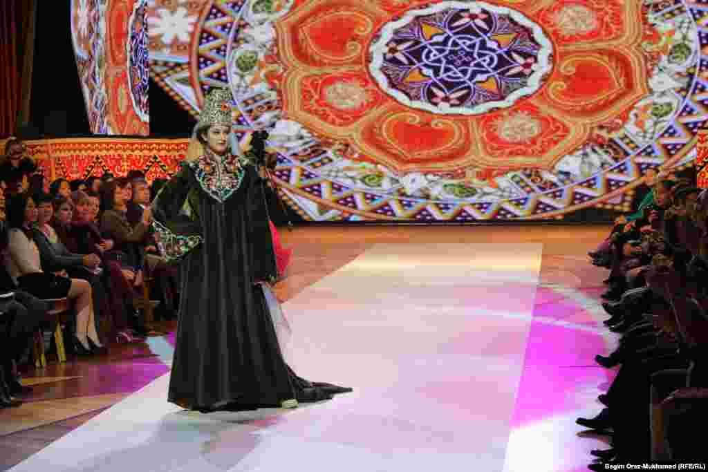 Түркиялық дизайнерлердің тоқыма көрсетілімі. Астана, 26 қараша 2014 жыл.