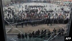 Пророссийские активисты стоят напротив сотрудников милиции, оцепивших Харьковскую областную администрацию. 8 апреля 2014 года.