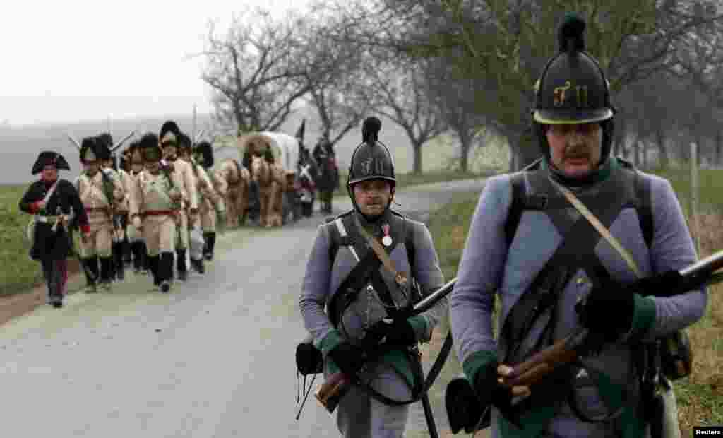 """Сотни энтузиастов и любителей истории приняли участие в юбилейной """"битве""""."""
