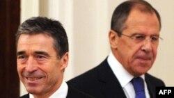 ნატოს გენერალური მდივანი ანდერს ფოგ რასმუსენი და რუსეთის საგარეო საქმეთა მინისტრი სერგეი ლავროვი